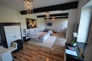 The Swan Suite at Maison de Plumes